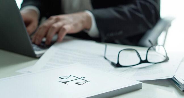 Notariële akte wordt ondertekend